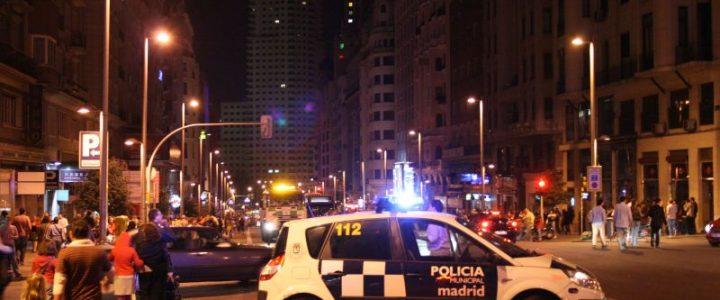 Por escasos centímetros dos policías se salvan de ser arrollados