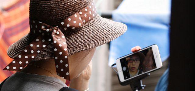 Así reacciona esta madre al ser descubierta tomándose una selfie