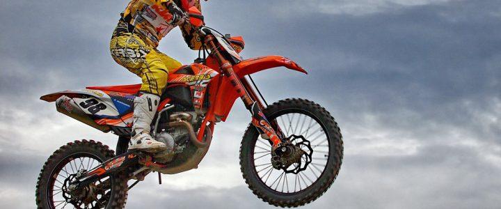 Motociclista se hizo viral al arriesgar su vida saltando una autopista de lado a lado