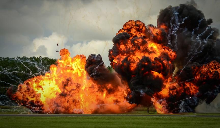 Fuerte explosión expulsa a los bomberos que llegaron al lugar