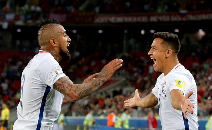Chile vence a Camerún con polémica incluida.