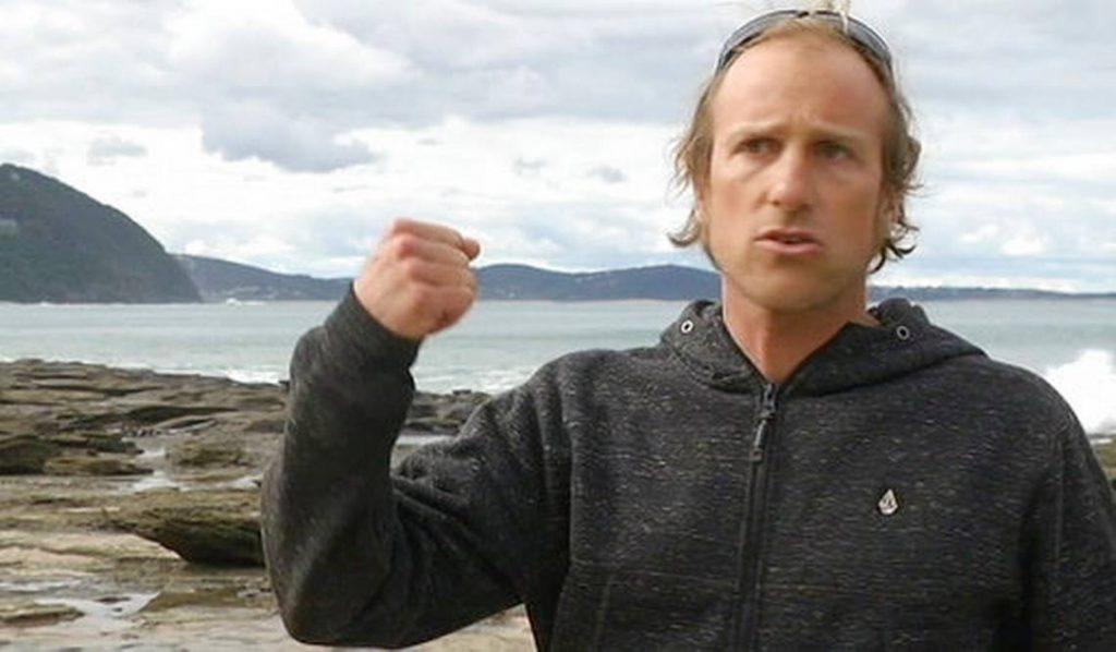 Surfista le da un puñetazo a tiburón y escapa de ataque