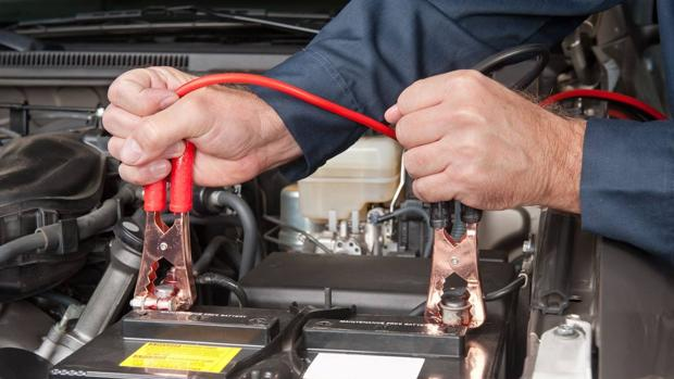 Así se usan correctamente los lagartos para la batería del carro