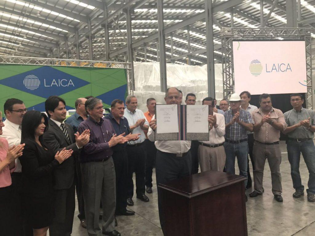 Presidente Solís firma nueva ley que pretende ayudar al sector cañero de Costa Rica