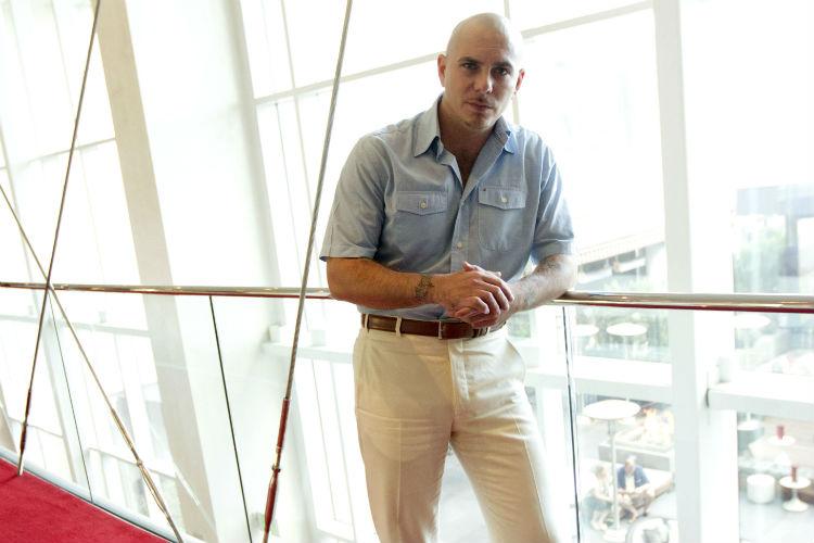Hay que revelarse le dice Pitbull a los muchachos!