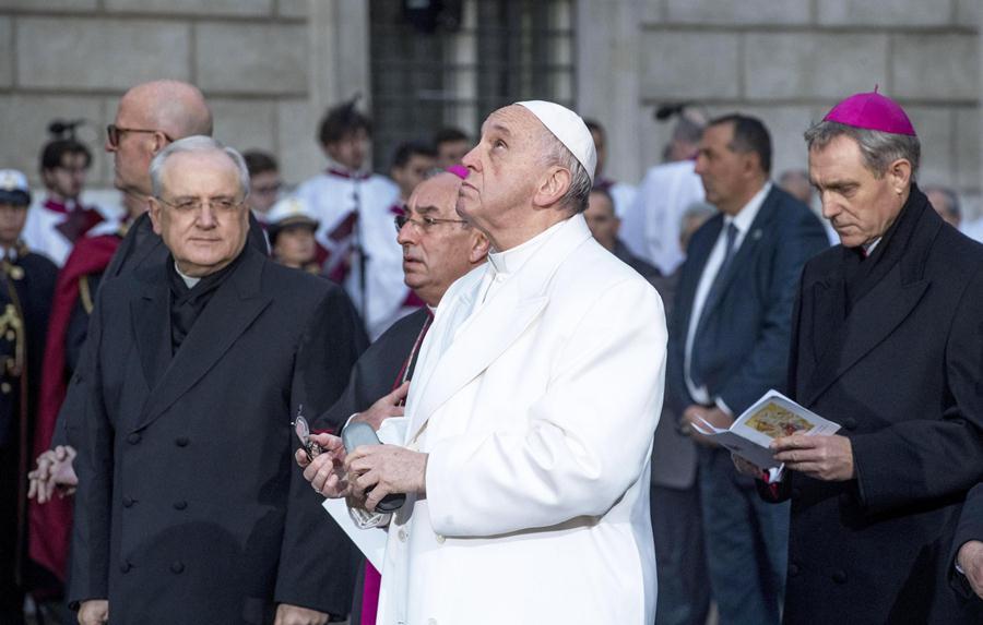 Obispos serán obligados a presentar su renuncia a los 75 años, Papa publicó documento.