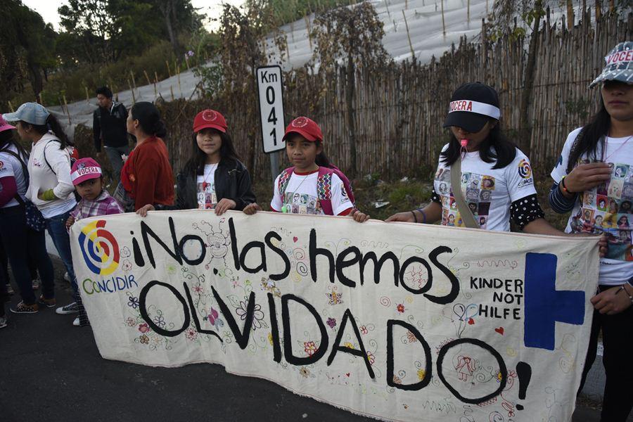 Niñas guatemaltecas marchan por la memoria de menores muertas en incendio