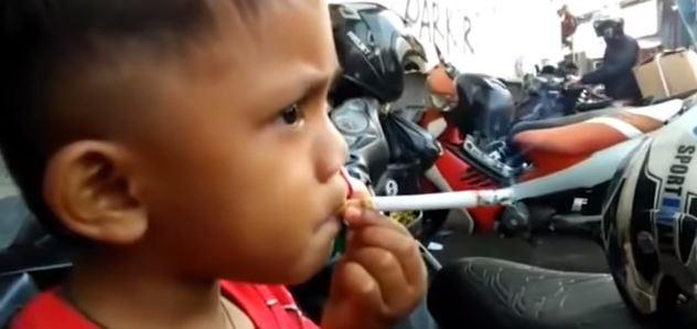 Este es el niño de 2 años que fuma 40 cigarrillos al día
