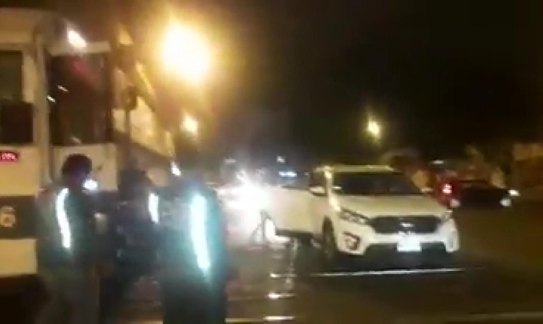Ocupantes de vehículo envueltos en pánico escapan de ser colisionados por el tren (Video)