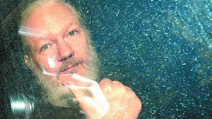 Policía Londinense sacó a la fuerza al fundador de WikiLeaks en embajada Ecuatoriana