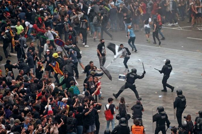 Separatistas Catalanes colapsan la ciudad, muchos heridos y una centena de vuelos cancelados
