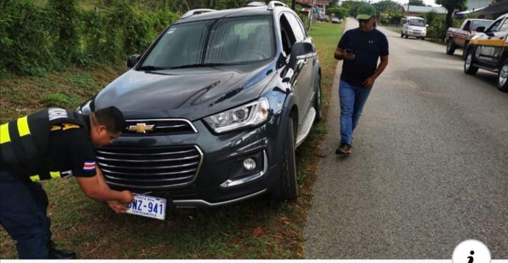 Le bajan las placas y multan a Alcalde de Osa mientras repartía víveres