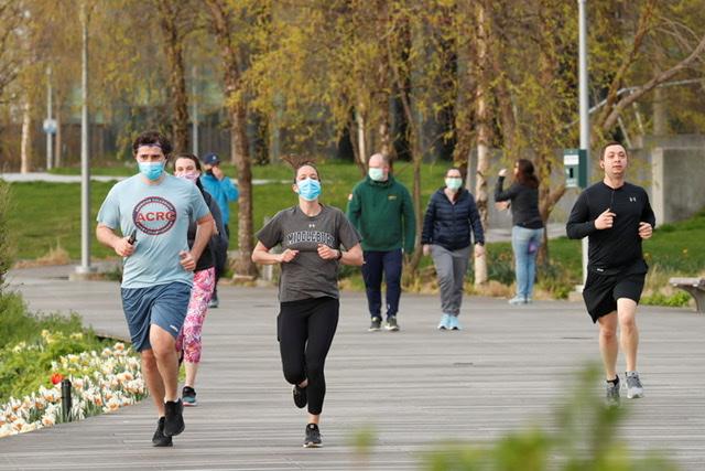 """Correr con """"cubrebocas"""" podría llevar a un colapso pulmonar"""