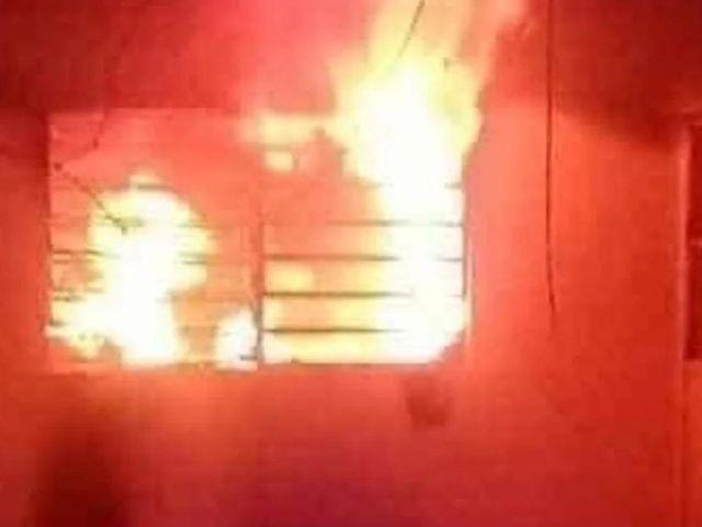 Harta de lo desordenado de su marido, mujer incendia su casa con él adentro