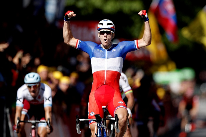 Démare gana etapa y Sagan es expulsado del Tour de Francia por codazo a Cavendish