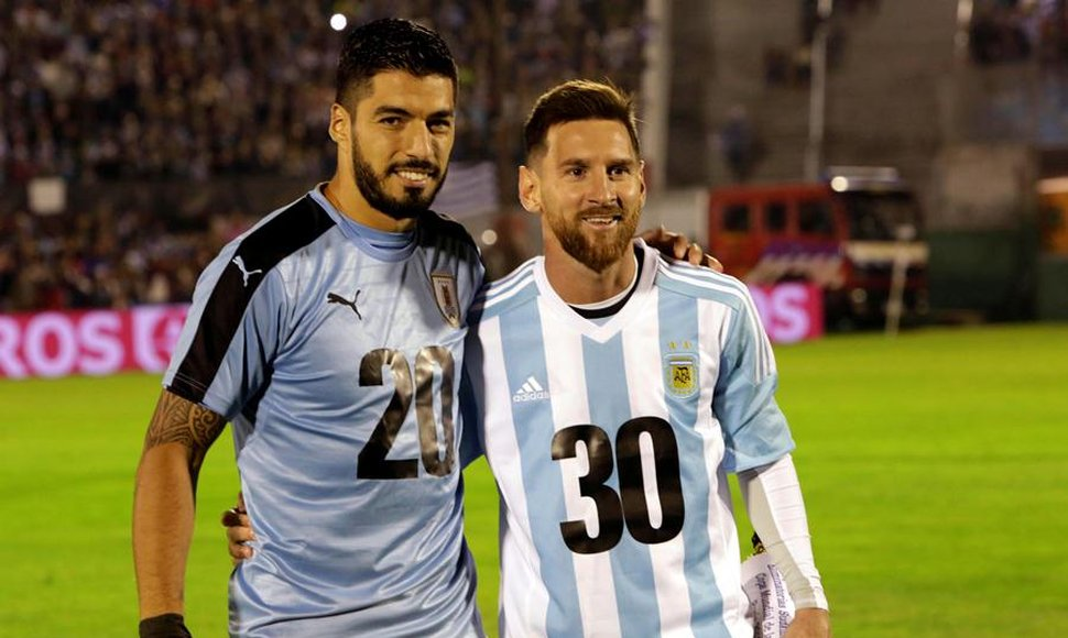 Suárez y Messi posan en la cancha con un mensaje de apoyo al Mundial 2030