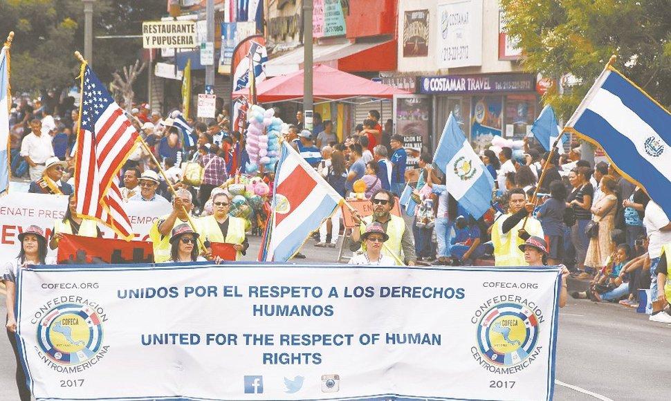 Centroamericanos marchan exigiendo respeto a sus derechos en desfile de independencia en E.U
