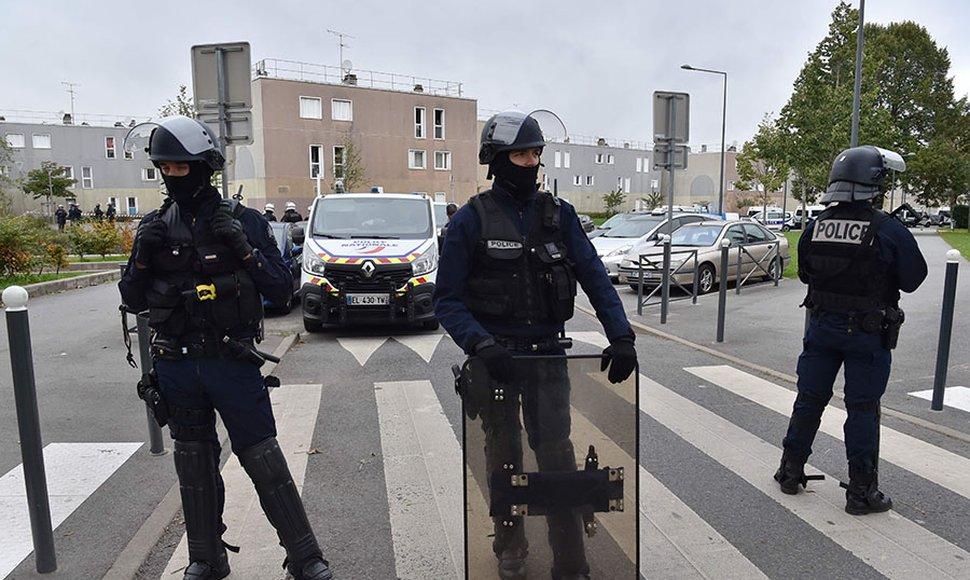 Botellas con gasolina son encontradas bajo camiones de Cementera en Paris